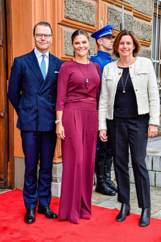 Prinzessin Victoria, Prinz Danielund die schwedische Politikerin Isabella Lövin posieren vor dem Präsidentenpalast in Bosnien und Herzegowina.