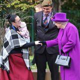Die Queen begrüßt die Familie von John Ahben. Während ihres Besuchs eröffnet sie außerdemeine neue Hilfseinrichtung und wird einerLesungen mit Schulkindern bewohnen.