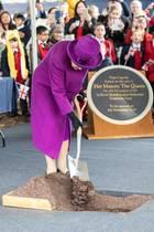 """Was das Thema """"Erde schippe"""" angeht ist die Queen nach 67 Jahren auf dem Thron ein absoluter Profi. Dieses Mal pflanzt sie allerdings keinen Baum, sondern verbuddelt eine Zeitkapsel. In 100 Jahren soll sie geöffnet werden. Spannende Frage: Von wem? Sollte es einer der Nachfolger der Queen sein, ist der noch nicht einmal geboren. Prinz George wäre zum Zeitpunkt des Ausgrabens immerhin 106 Jahre alt ..."""