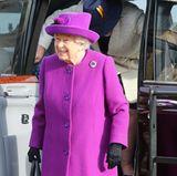 """Queen Elizabeth bildet mit ihrem Besuch des """"Royal British Legion Industries Centenary Village"""" in Aylesford den Auftakt der royalen Auftritte rund um den Remembrance Day. Die Einrichtung hilft Menschen, die Schwierigkeiten haben, Arbeit oder ein Zuhause zu finden. Insbesondere Veteranen der Streitkräfte und Menschen mit Behinderungen werden unterstützt."""