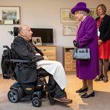 Queen Elizabeth trifft aufauf den ältesten Bewohner des Dorfes, den 99-jährigen John Riggs. Er diente im Zweiten Weltkrieg.