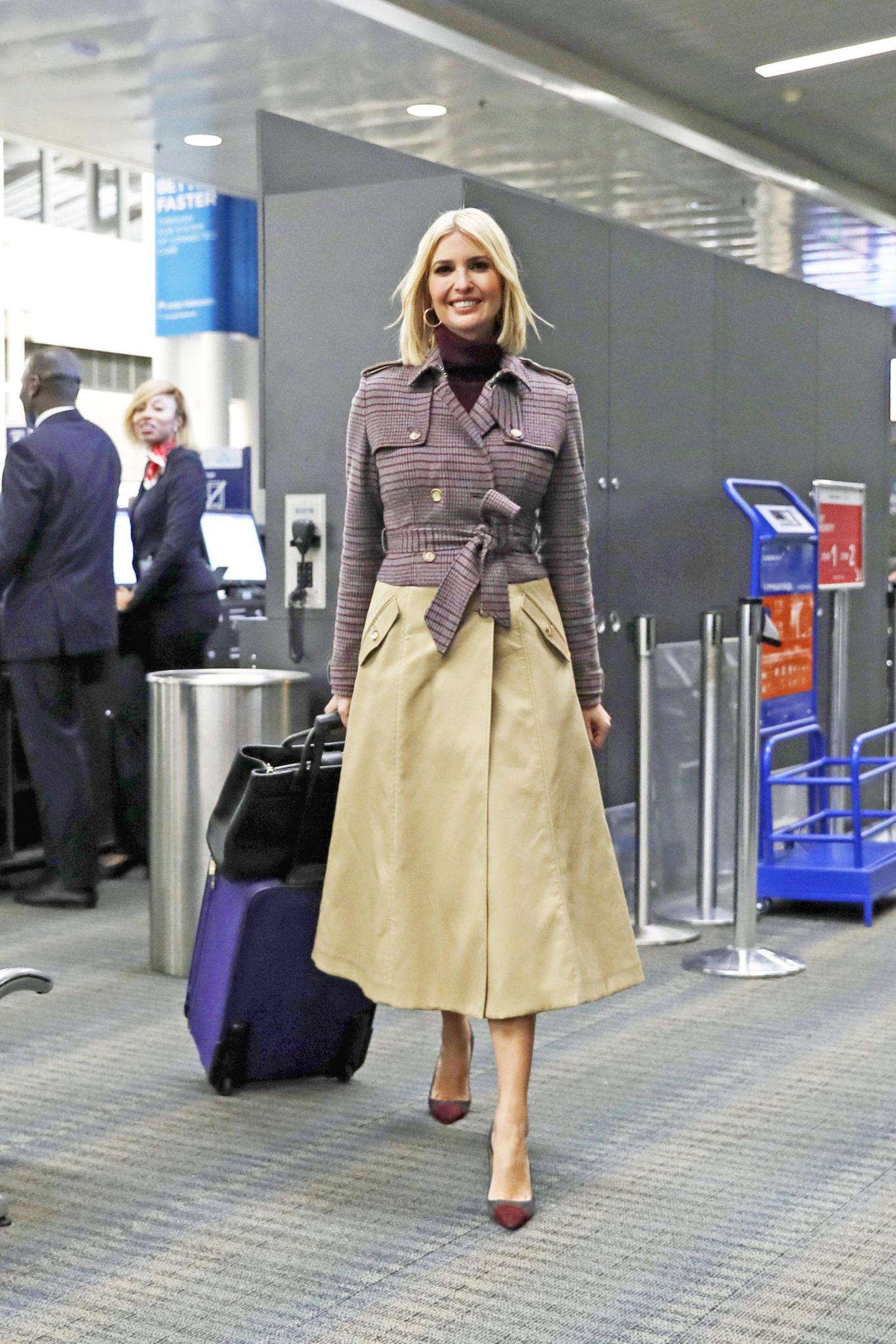 Als offizielle Beraterin ihres Vaters Donald Trump,ist Ivanka Trump in der ganzen Welt unterwegs. Doch einen legeren Flughafen-Look sieht man bei der 38-Jährigen vergebens: Stattdessen verwandelt sie, wie hier auf dem Weg nach Marokko, den Weg vom Check-In bis zum Flugzeug kurzerhand in einen Laufsteg. Mit spitzen Pumps, einem schwarzen, schlichten Rollkragenpullover und einem wunderschönen Trenchcoat der Designerin Gabriela Hearst zieht sie alle Blicke auf sich.