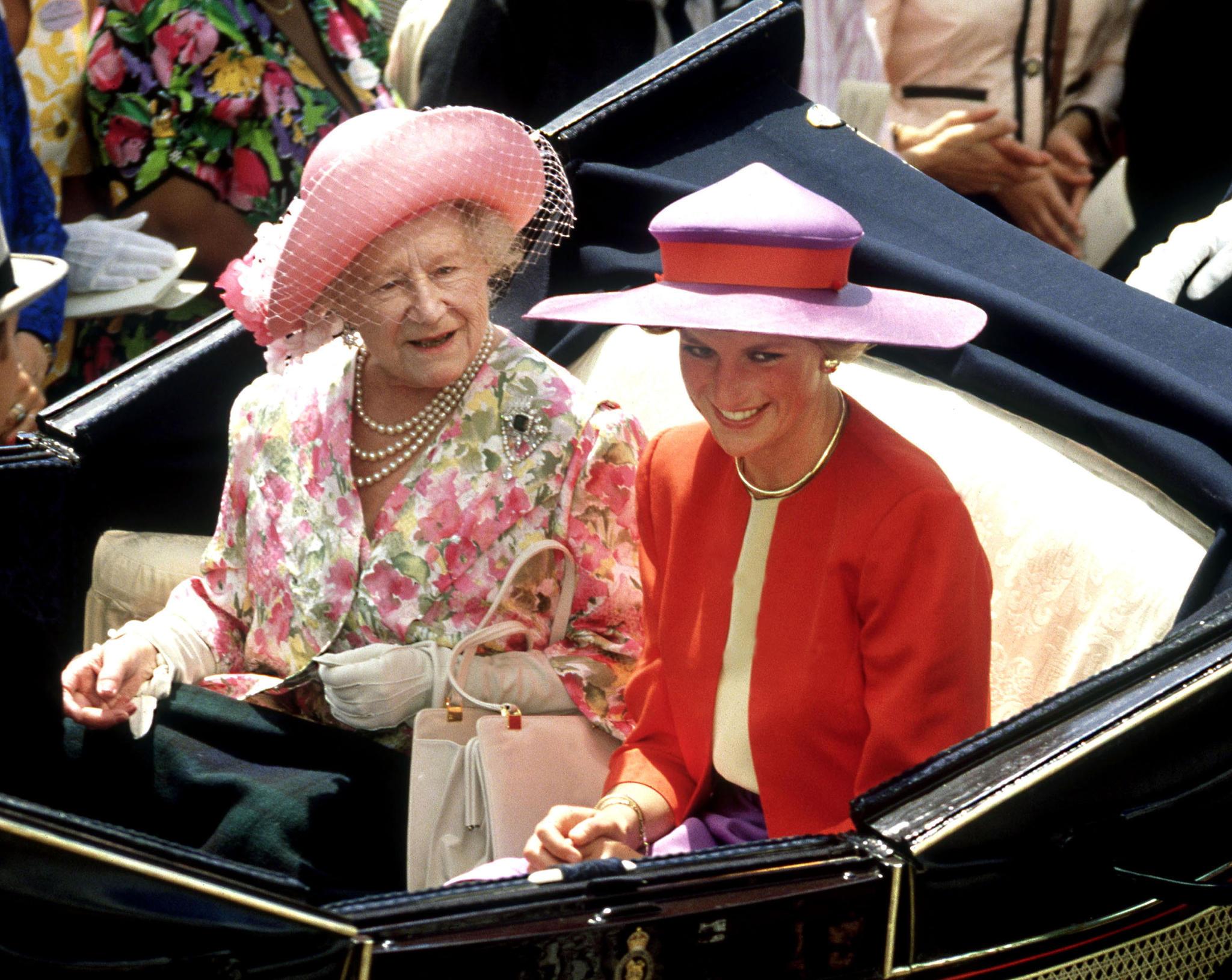 Queen Mum und Prinzessin Diana auf dem Weg zum Royal Ascot Rennen im Juni 1981. Jahre später soll der Geist von Diana auf Sandringham für Unruhe gesorgt haben.