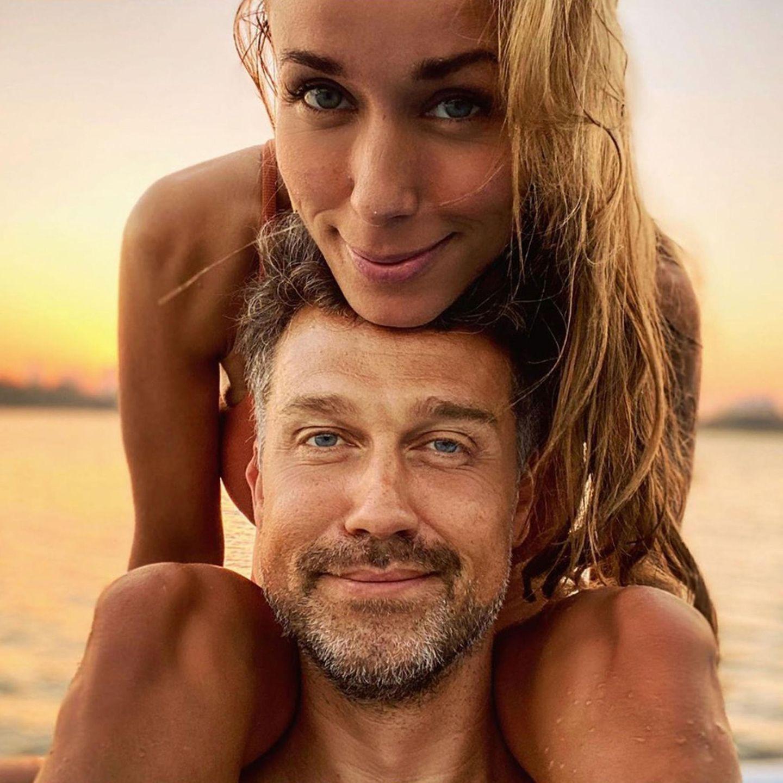 6. November 2019  Nach ein paar sommerlichen Urlaubstagen in Dubai müssen Annemarie und Wayne jetzt Abschied von der Sonne nehmen. Ein Paar-Selfie ist aber natürlich noch drin.