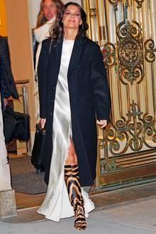 """Elegant im fließenden metallic Satinkleid erschien die stilsichere Katie Holmes zum""""FilmAid's Power Of Film""""-Screening. Ein toller Look, der ihre schmale Figur sinnlich in Szene setzt, wären da nicht ihre auffälligen Stiefel. Mit dem braunen Tigerprint lag die Schauspielerin leider diesmal völlig falsch. Die Eleganz und Sinnlichkeit des Kleides korreliert mit dem robusten Schuh - das kann Katie Holmes besser."""