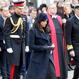Ein mitternachtsblauer Fascinator aus Samt von Philip Treacy schmückt den Kopf von Herzogin Meghan und sorgt gleichzeitig dafür, dass ihre offenen Haare nicht unnötig umherfliegen. Eine dezente Mohnblumen-Brosche – ein wichtiges Symbol, mit dem die britischen Royals der Kriegsopfer gedenken – ist ebenfallsan ihrem Mantel befestigt.