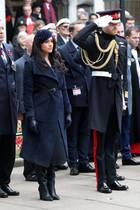 """7. November 2019  Herzogin Meghan und Prinz Harry sind zur Westminster Abbey gekommen, um das """"Field of Remembrance"""", einen Gedenkgarten,zu besuchen. Harry, der eine seiner Militäruniformen trägt, salutiert zu Ehren der im Krieg gefallen Soldaten und anderen Mitgliedern der Streitkräfte des Landes."""
