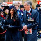 Herzogin Meghanerscheintdem Anlass entsprechend in einem schlichten, dunkelblauen Mantel.