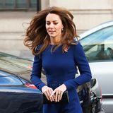 """Ihren Auftritt beim """"Launch Of The National Emergencies Trust"""" absolviert Herzogin Catherine in einem royalblauen maßgeschneiderten Kleid von Emilia Wickstead. Das Outfit rundet Kate mit schwarzen High Heels und einer Lack-Clutch ab."""