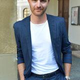 """Friedrich Mücke, geboren im März 1981, wuchs im Stadtteil Prenzlauer Berg auf. Er gehört auch zu den Schauspielern, die ein Studium an der berühmte Schauspielschule """"Ernst Busch"""" absolviert haben."""