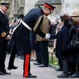 Harry trifft nach dem offiziellen Gedenken Veteranen und ihre Familien.