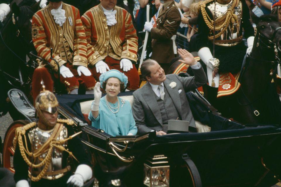 Queen Elizabeth und John Spencer am Tag der Hochzeit von Prinz Charles und Lady Diana Spencer.