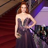 Barbara Meier trägt ein Kleid mit tief ausgeschnittenem Korsagen-Oberteil und leicht durchsichtigem Rock.