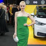 """Wow, was für ein Look! Emilia Schüle zeigt sich erblondet und in einem grünen Kleid auf dem roten Teppich der """"Men of the Year""""-Awards in Berlin. Diese Frau kann wirklich alles tragen..."""