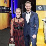 Sonja Gerhardt versprüht Grunge-Glamour in ihrem schwarz-roten Dior-Look. AuchVladimir Burlakov macht in seinem schicken Anzug eine tolle Figur.