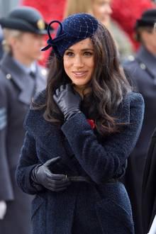 Im Rahmen der Feierlichkeiten des Remembrance Days zeigt sich Herzogin Meghanstilsicher und wählt einen Look in Dunkelblau. Mit einem Kleidungsstück aus ihrem früheren Leben begeistert sie ihre Fans ganz besonders.