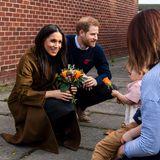 Bei ihrem Auftritt in Windsor strahlt nicht nur Herzogin Meghan selbst: Für diesen Anlass wählt sie einen khakifarbenen Mantel aus schimmerndemStoff, der je nach Lichteinfall immer wieder andersglänzt und sein schönes Farbspektrum zeigt.