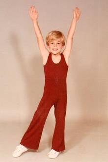 James Van Der Beek   Ein wenig wehmütig wird James beim Anblick seine jüngeren Ichs. Das sportliche Motiv wurde 1982 aufgenommen, damals war er gerade 5 Jahre alt.