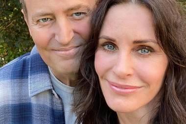 """Freunde fürs Leben sind die """"Friends""""-Stars auch in echt. Matthew Perry und Courteney Cox haben sich zum Beispiel gerade zum gemeinsamen Lunch getroffen."""