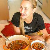 In der Winterzeit gönnt sich Alessandra Meyer-Wölden am liebsten einen wärmenden Veggie-Eintopf. Mit jeder Menge Gemüse und einheizenden Gewürzen wie Chili und Kurkuma stärkt sich die Fünffach-Mama auf kulinarische Weise gegen die Erkältungssaison.