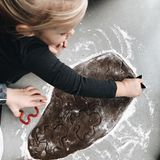 Plätzchen gehören für Kristin Cavallari fest zur Winterzeit dazu. Zusammen mit ihren drei Kindern backt die Schauspielerin kleine Keks-Männchen – eine prima Nachmittagsbeschäftigung bei nasskaltem Winterwetter.