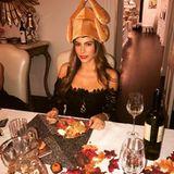 Den obligatorischen Truthahn in der Winterzeit – besondersan Thanksgiving – lässt sich Sofia Vergara nicht entgehen. Statt auf dem Teller landet dieses Plüschexemplar jedoch auf dem Kopf der Schauspielerin.