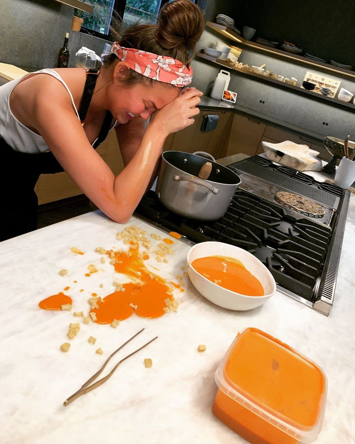 Über ihr kleines Küchen-Malheur kann Chrissy Teigen herzlich lachen: Beim Umfüllen ihrer farbenfrohen Wintersuppe landet eine große Kelle nicht im, sondern neben dem Teller. Mit einem Foto dokumentiert sie das Mini-Missgeschick für ihre Instagram-Community – herrlich sympathisch!