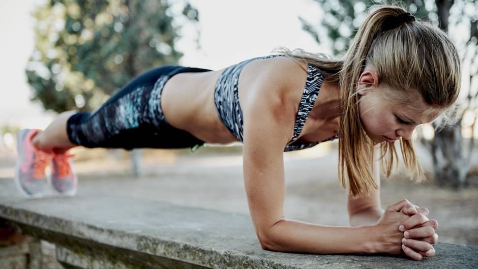 Der Unterarmstütz beansprucht neben der Bauchmuskulatur noch den Rücken und die Schultern.