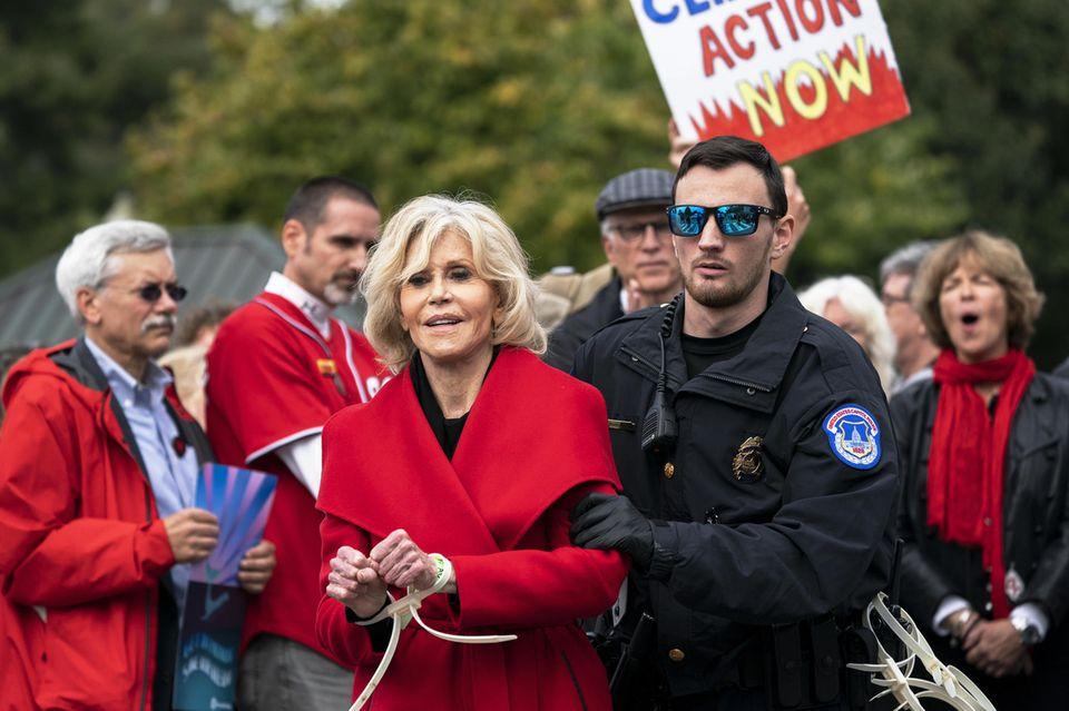 Jane Fonda engagiert sich gemeinsam mit anderen Demonstranten bei einem Klimaprotest in Washington. Für ihre Aktion wird die Schauspielerin verhaftet und muss eine Nacht im Gefängnis verbringen.
