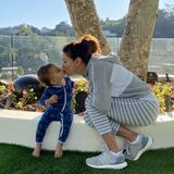 5. November 2019  Für Mama gibt es ein Küsschen: Auf Instagram postet Eva Longoria diesen niedlichen Schnappschuss mit Söhnen Santiago.