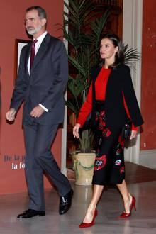 Die Königin trägt einen angesagten Cape-Blazer, der ihr einen eleganten und zugleich modischen Auftritt garantiert. Fashionistas dürfen sich freuen, denn das It-Piece gehört zur Kollektion der Marke ZARA und ist für rund 60 Euro zu haben. Ein Deluxe-Upgrade bekommt Letizias Look dank der roten Seidenbluse von Hugo Boss für rund 300 Euro – das perfekte Duo!