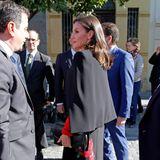 In einer Kombination aus feurigem Rot und edlem Schwarz trifft Königin Letizia in Sevilla ein. Wie aufregend ihr Look tatsächlichist, zeigt sich bei Letizias Frontansicht ...