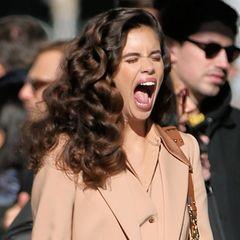 Da ist aber jemand müde! In New York steht Sara Sampaio für eine Werbekampagne vor der Kamera. In den kurzen Drehpausen kann das Model nicht an sich halten und muss herzhaft gähnen.
