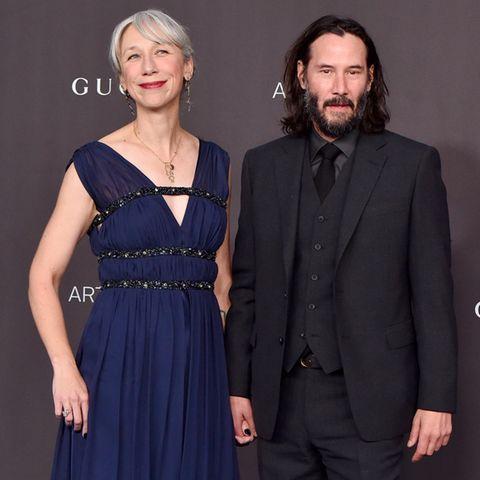 """Bei der """"LACMA Art + Film Gala"""" in Los Angeles präsentiert sich Keanu Reeves mit seiner Freundin auf dem roten Teppich. Und viele staunen nicht schlecht über die Begleitung des Schauspielers. Denn hier handelt es sich schließlich um die Oscar-Preisträgerin Helen Mirren. Oder doch nicht?"""