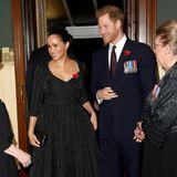 """Natürlich ist auch Prinz Harry zu dem Termin erschienen. Bester Laune strahlen er und seine Ehefrau bei der Begrüßung. Es ist das erste Mal seit der Ausstrahlung der kontrovers diskutierten TV-Doku """"Harry and Meghan: An African Journey"""", dass sich das Paar mit der Königsfamilie öffentlich zeigt."""
