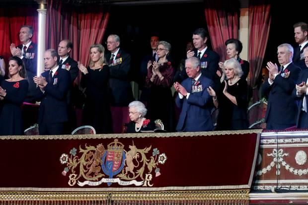 Erste Reihe: Queen Elizabeth steht alsOberhaupt der Königsfamilie und des Vereinigten Königreiches im Zentrum. Links neben ihr steht Prinz William als Nummer zwei der britischen Thronfolge mit Ehefrau Kate; rechts von ihr Prinz Charles als Nummer eins mit Camilla. Neben Camilla ist Prinz Andrew (Nummer 8 der Thronfolge) platziert worden. In Reihe zwei haben sich (v.l.n.r) Prinz Edward (Nummer 11) und seine Ehefrau Sophie von Wessex aufgestellt, es folgen Prinzessin Anne (Nummer 14) und Ehemann Timothy Laurence sowie Harry (Nummer 6) und Herzogin Meghan. In Reihe drei haben der Herzog von Gloucester (Cousin der Queen) und die Herzogin von Gloucester Position bezogen.