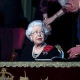 Queen Elizabeth hält vor dem Beginn der Show noch einen kurzen Plausch mit Sohn Charles.
