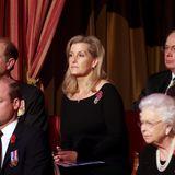 Hinter William sitzen Prinz Edward, dessen Ehefrau Gräfin Sophie von Wessex und der Prinz Richard, ein Cousin der Queen.