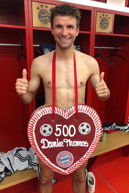 """9. November 2019  Heute ist für """"FC Bayern""""-Spieler Thomas Müller ein besonderer Tag. Bereits 500 Spiele hat er für seinen Verein absolviert. Wenn das mal kein Grund zum Feiern ist."""