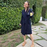 6. November 2019  Im Bademantel mit ihren Initialen bestickt und einem Becher Kaffee in der Hand hat Jennifer Garner ihre Tochter zum Bus gebracht.