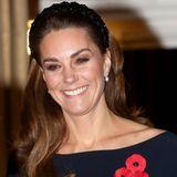 """Zu einem Event im Rahmen des """"Remembrance Day"""" in der Royal Albert Hall erscheint Herzogin Kate mit einem glitzernden Haarreif und begeistert damit ihre Fans – ein Schnäppchen, wie sich herausstellt. Denn der schwarze Haarschmuck ist für rund 30 Euro bei ZARA zu haben!"""