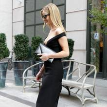 """DerBusiness-Look eines Topmodels kann ziemlich elegant und aufreizend sein. Das beweist Rosie Huntington-Whiteley als sie im """"kleinen Schwarzen"""" auf New Yorks Straßen abgelichtet wird. Doch es ist nicht nur die schmale Passform des Kleids, mit der die Mutter eines Sohnes die Aufmerksamkeit auf sich lenkt, sondern auch ihr tiefes Dekolleté ..."""