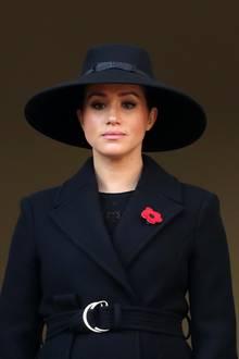 """Herzogin Meghan zeigt sich mit einem XL-Hutbeim """"Remembrance Sunday"""""""