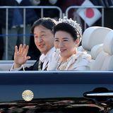 """10. November 2019  Japans neues Kaiserpaar präsentiert sich bei einer Parade durch Tokio strahlend dem Volk. Die Parade war ursprünglich bereits für den 22. Oktober 2019 nach der Zeremonie zur Inthronisierung geplant, ist aber wegen der Zerstörungen durch den Taifun """"Hagibis"""" mit mehr als 80 Todesopfern verschoben worden."""