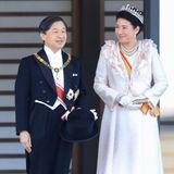 Angekommen in der kaiserlichen Residenz präsentieren sich Kaiser Naruhito und Kaiserin Masako den Fotografen.