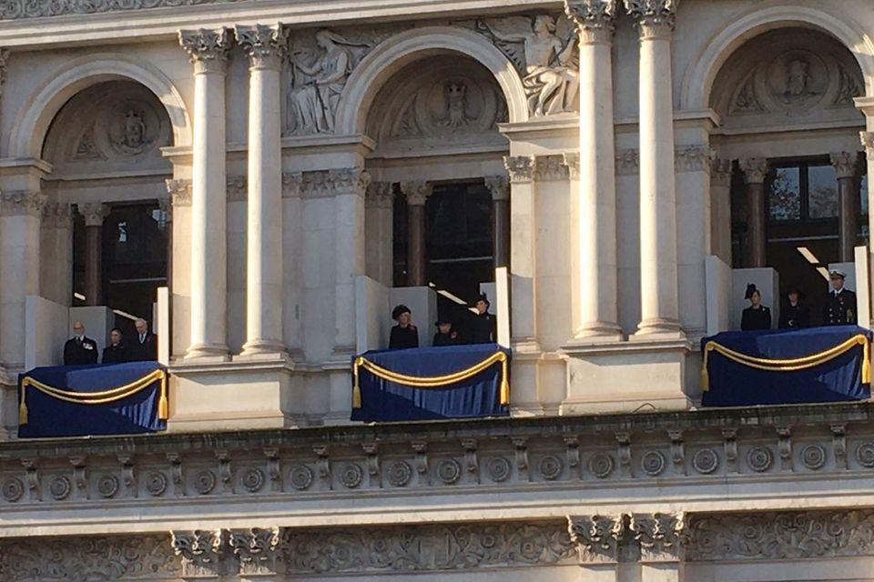 Die britischen Royals beim Remembrance Sunday. Auf dem Balkon in der Mitte stehen Herzogin Camilla, Queen Elizabeth und Herzogin Catherine (v.l.n.r.). Auf dem Balkon rechts stehen Gräfin Sophie von Wessex, Herzogin Meghan und Timothy Laurence.