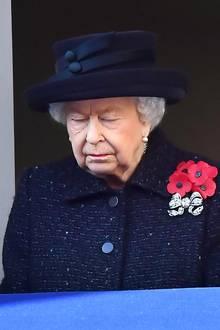 Pünktlich um 11 Uhr britischer Zeit schweigt das Land im Gedenken an die Toten für zwei Minuten. Die Queen erlebte als Teenager den Zweiten Weltkrieg in London mit, zog schließlich mit Schwester Margaret für einige Jahre ins sicherere Windsor.