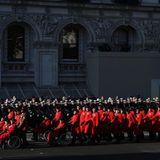 Militärveteranennehmen an der Prozession während der Gedenkzeremonie am Cenotaph teil.