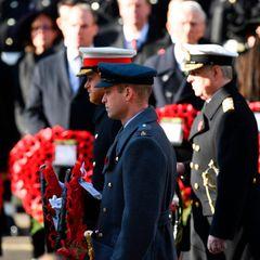 """Prinz Harry, Prinz William und ihr Onkel Prinz Andrew halten inne, um der Toten zu gedenken. Besonders für Harry ein Moment mit persönlicher Bedeutung. Er diente zweimal - 2018 und 2012/2013 - für mehrere Wochen in Afghanistan stationiert.""""Junge Kerle zu sehen, viel jünger als ich, eingewickelt in Plastik, mit fehlenden Gliedmaßen und mit einer Unmenge an Schläuchen, die aus ihnen rauskamen - das war etwas, worauf ich nicht vorbereitet war"""", beschrieb Harry seine Erlebnisse im August 2014 in einem Betrag für """"The Sunday Times""""."""