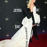 """Gwen Stefani erhält den """"Fashion Icon""""-Award und ist so stolz auf ihre Rolle als Mode-Ikone, dass sie sich den Titel sogar in ihr Vera Wang-Kleid nähen lässt."""